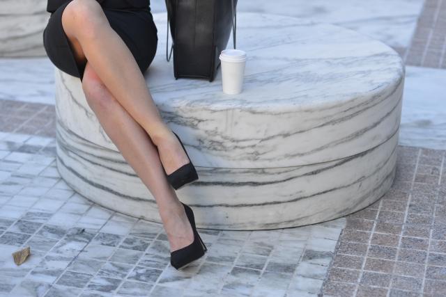 パンプスを履く女性.jpg